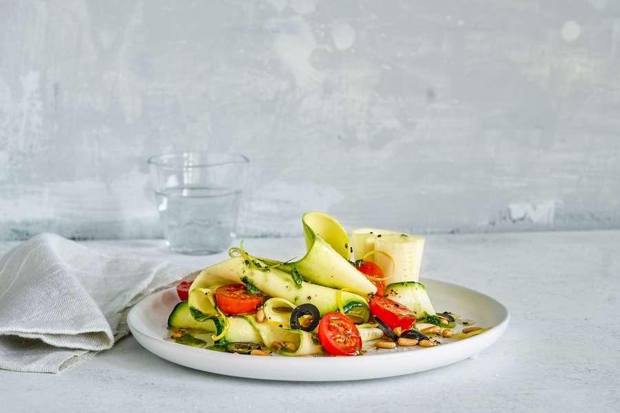 Zucchini Carpacio auf einem Teller