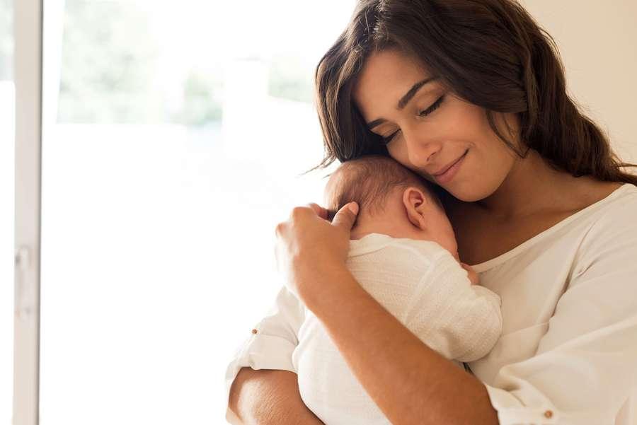 Mutter mit Baby auf Arm