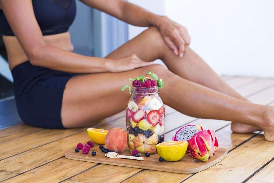 Sitzende Frau mit Obst-Snack