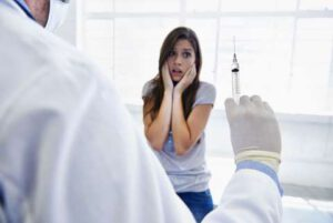 Patientin hat Angst vor Spritze
