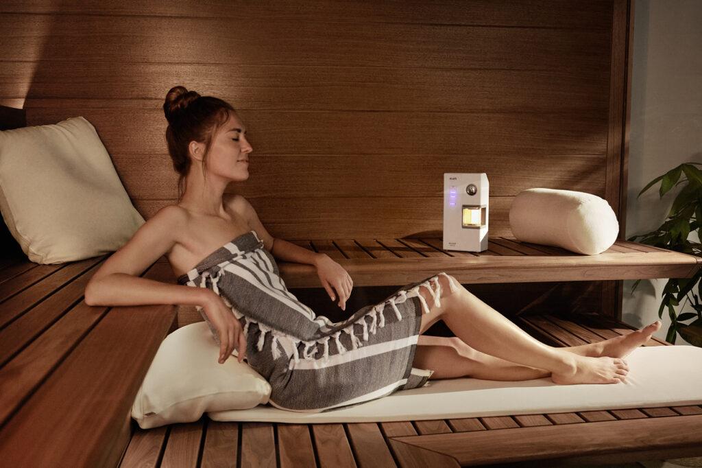 Frau in Sauna und inhaliert salzhaltige Luft
