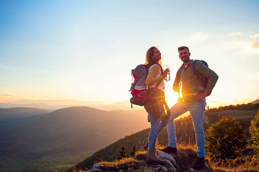 Päärchen am Berg beim Wandern