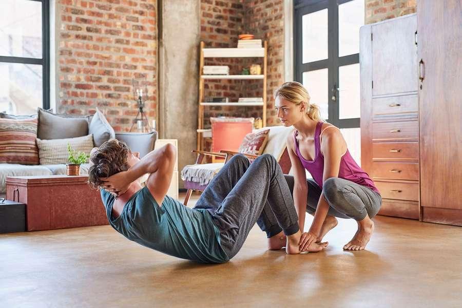 Paar trainirt auf Boden zuhause