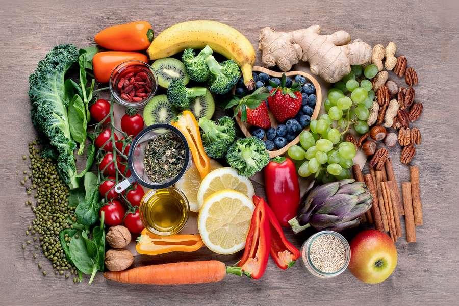 Verschiedene Gemüsesorten auf dem Tisch