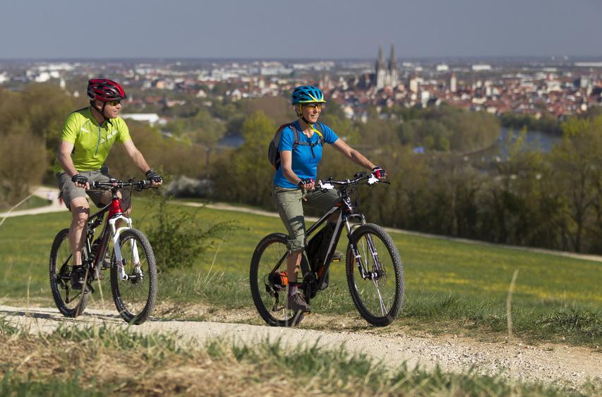 E-Bike Fahrer cor einer Stadt