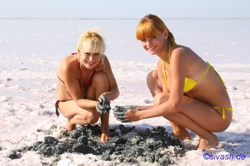 2 junge Frauen am Strand mit Heilschlamm