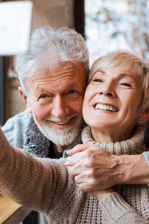 Seniorenpaar freut sich