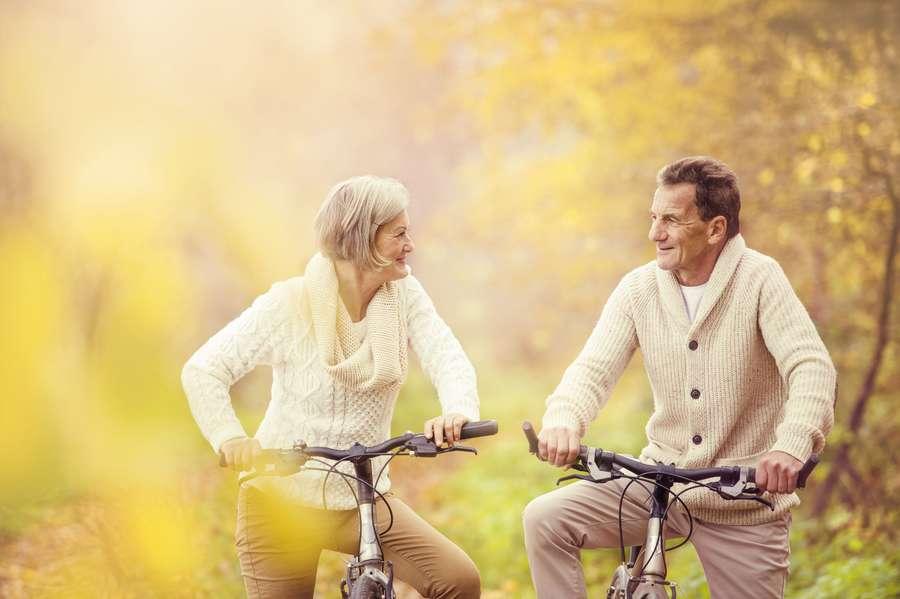 Seniorenpaar beim Radfahren