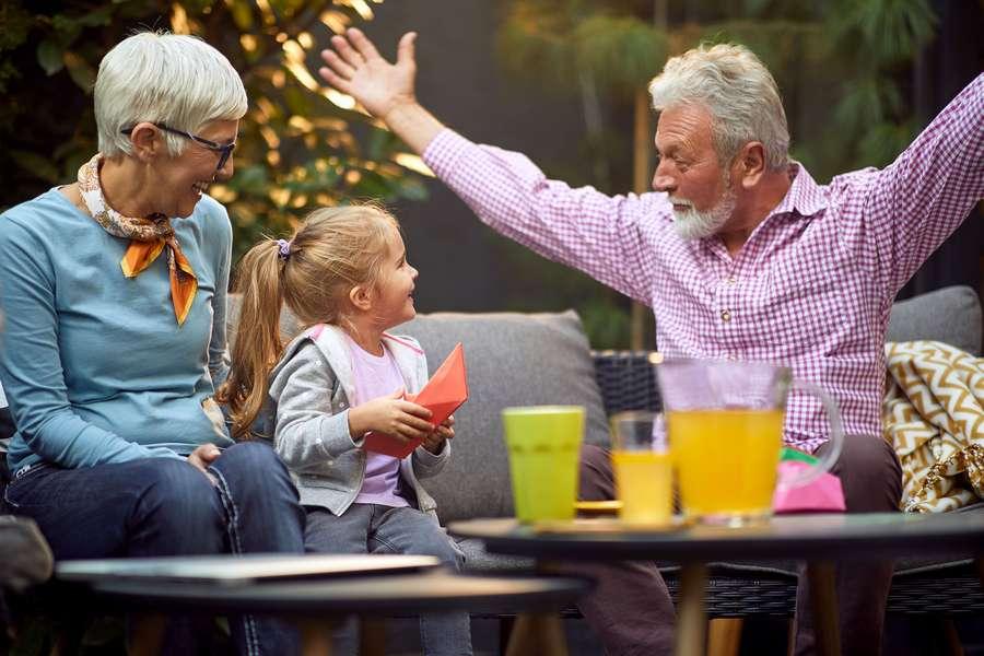 Opa freut sich mit enkel