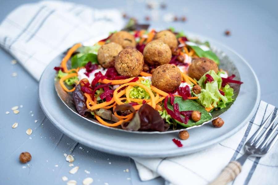 Salatteller mit Haferbällchen