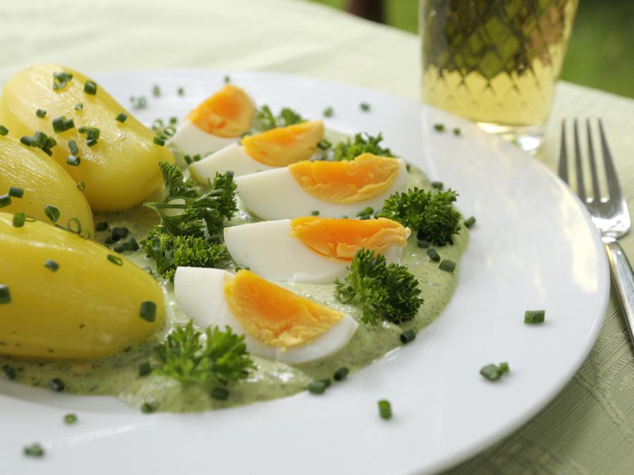 Teller mit Grüner Soße und Eiern
