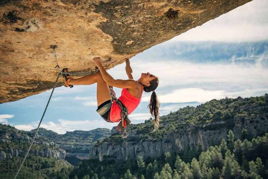 Female Bergsteigerin im überhängenden Fels
