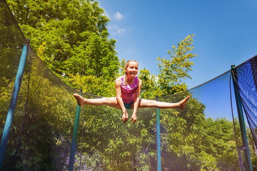 Junges Mädchen beim Trampolin springen