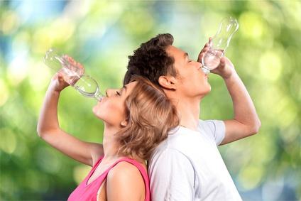 Junges Paar trinkt Wasser