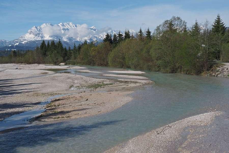 Flussbiegung mit Bergen im Hintergrund
