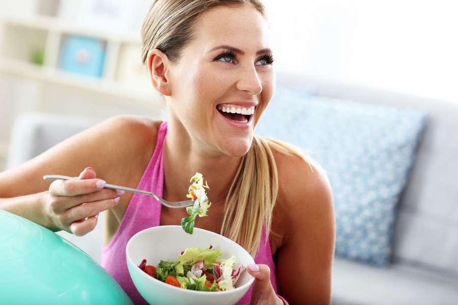 Frau mit  Essenschüssel
