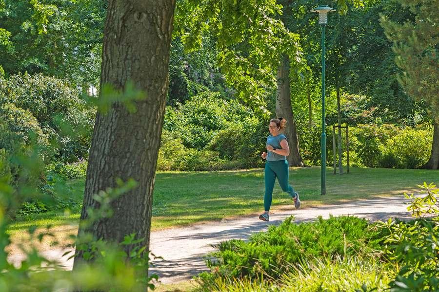 Joggerin im Rhododentron_Park