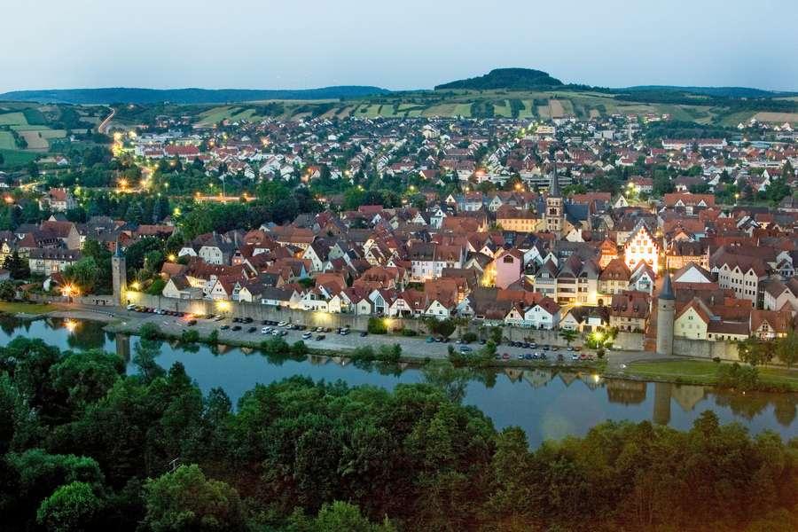 Blick von der Karlsburg auf der anderen Seite des Mains auf die idyllische Altstadt von Karlstadt.