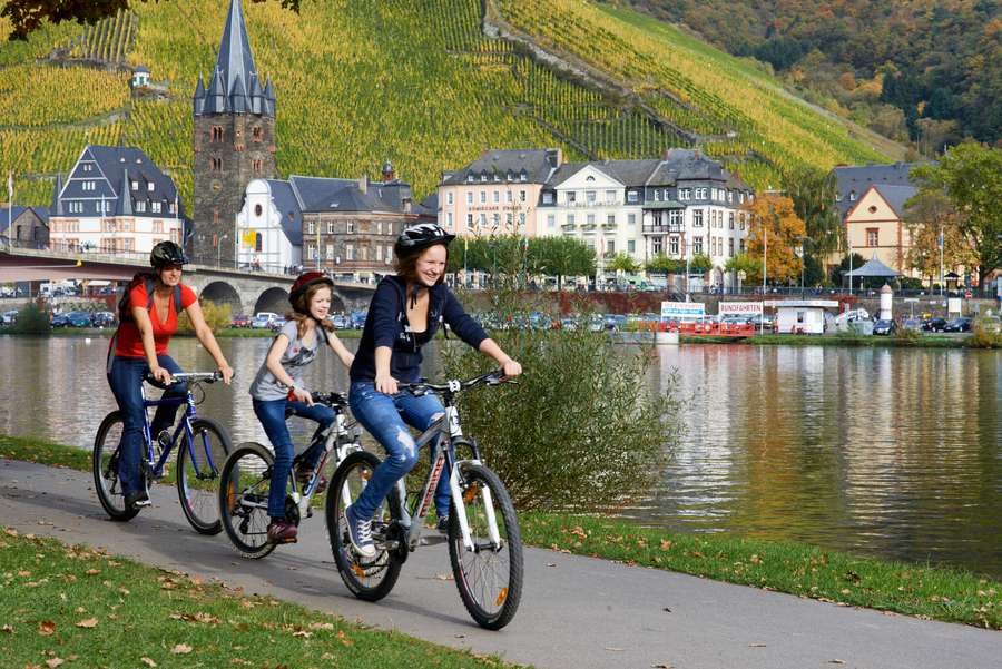 Junge Familie mit Fahrrad am Moselufer