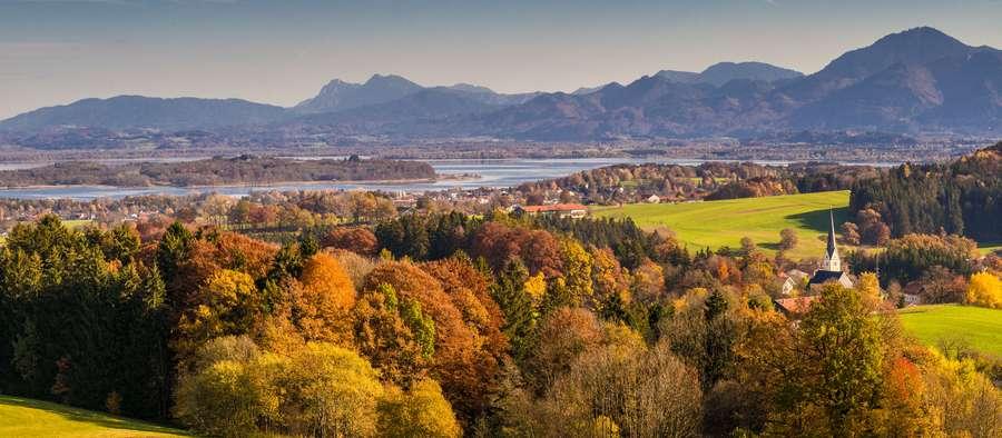 Blick über den herbstlichen Chiemgau