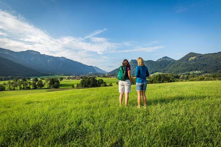 Päärchen auf Wiese mit Blick indie Berge