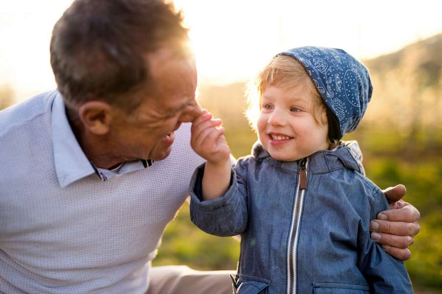 Kind greift Papa an die Nase